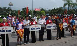 Đồng chí Bùi Văn Cửu, Phó chủ tịch TT UBND tỉnh và ông Đoàn Kim Phách, Tổng thư ký Liên đoàn xe đạp - mô tô thể thao Việt Nam trao cờ cho các đoàn VĐV.