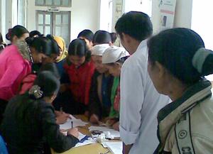 Phụ nữ xã Ngổ Luông (Tân Lạc) đăng ký tham gia Chiến dịch SKSS/KHHGĐ đợt I.