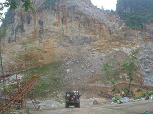 Cơ sở khai thác đá của Công ty TNHH Phát Đạt tại xã Kim Bình chỉ cách nhà dân và đường liên huyện hơn 100 m.