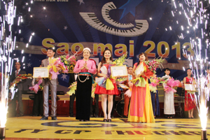 Đại diện Ban tổ chức trao giải cho 3 thí sinh đạt giải nhất.