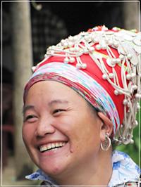 Chiếc mũ của phụ nữ Dao đỏ được gắn những chuông bạc nhỏ xinh xắn.
