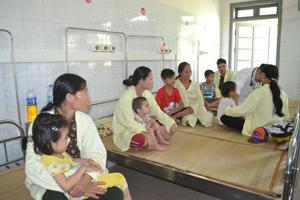 Khoa Nhi (Bệnh viện đa khoa tỉnh) không còn giường trống những ngày nắng nóng.