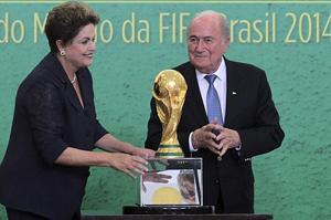Chủ tịch FIFA Sepp Batter gặp gỡ bà Dilma Rousseff, tổng thống Brazil tại Brasilia ngày 2-6. Ảnh: Reuters
