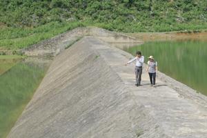 Cán bộ Phòng NN&PTNT huyện Yên Thủy kiểm tra công tác phòng - chống thiên tai tại hồ Ngọc Lương, xã Ngọc Lương.