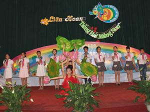 """Tiết mục """"Ai yêu Bác Hồ Chí Minh hơn thiếu niên nhi đồng"""" của đơn vị thị trấn Mường Khến đoạt giải nhất Hội thi."""