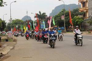 Hơn 100 đoàn viên thanh niên huyện Cao Phương diễu hành hưởng ứng ngày môi trường thế giới năm 2014.