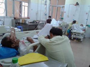 Người nhà mệt mỏi chăm sóc bệnh nhân Đinh Công Hình tại Bệnh viện Đa khoa tỉnh.