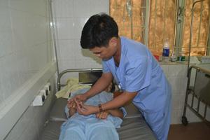 Cán bộ khoa Hồi sức cấp cứu (Bệnh viện đa khoa tỉnh) kiểm tra vết rắn cắn cho bệnh nhân Bạch Thị Hương.