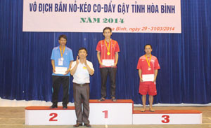 Niềm vui của VĐV Bùi Văn Chi khi giành được tấm HCV tại Đại hội TD-TT tỉnh lần thứ V năm 2014.