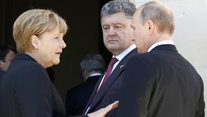 Tổng thống Ukraine Poroshenko (giữa) trao đổi với Thủ tướng Đức Angela Merkel và Tổng thống Nga Vladimir Putin - Ảnh: Reuters