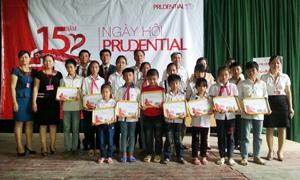 Lãnh đạo Công ty Bảo hiểm nhân thọ Prudential Việt Nam trao học bổng cho 15 học sinh nghèo vượt khó.
