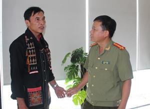 Ông Dương Minh Dũng chia sẻ với lãnh đạo Công an huyện Kim Bôi về kinh nghiệm tuyên truyền, vận động bà con đảm bảo ANTT.