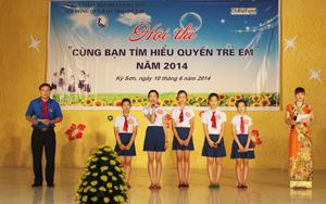 Phần thi trả lời câu hỏi tình huống của đơn vị thị trấn Kỳ Sơn.