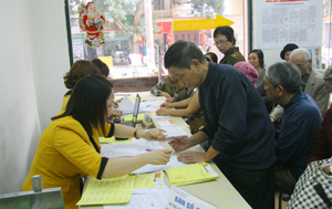 Bưu cục Phương Lâm (TPHB) chi trả trợ cấp xã hội cho các đối tượng trên địa bàn.
