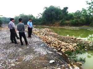 Ban chỉ huy PCLB huyện Lương Sơn tăng cường kiểm tra các hồ, đập trong mùa mưa bão. Ảnh: Cán bộ Ban chỉ huy PCLB huyện Lương Sơn kiểm tra công trình kè ổn định KDC chợ Bến, xã Cao Thắng.