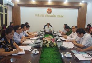 Các đại biểu tham gia hội nghị trực tuyến tại điểm cầu Hoà Bình.