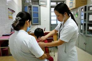 Bác sỹ khoa nhi (Bệnh viện Đa khoa tỉnh) khám sức khỏe định kỳ cho trẻ trong chương trình điều trị dự phòng lây truyền HIV từ mẹ sang con.