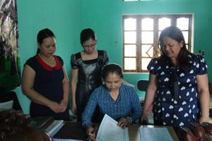 Cán bộ Hội Phụ nữ huyện Yên Thủy trao đổi, triển khai nhân rộng mô hình địa chỉ tin cậy.