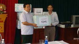 Lãnh đạo Sở LĐ, TB & XH tặng quà cho đại diện các xã vùng khó khăn huyện Đà Bắc.