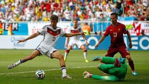 Muller hạ gục thủ thành Patricio, ấn định chiến thắng 4-0 cho tuyển Đức.