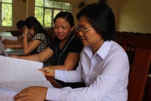 Cán bộ Ban DS/KHHGĐ xã Yên Lạc trao đổi về hoạt động can thiệp giảm thiểu mất cân bằng GTKS trên địa bàn.