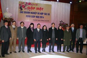 Các đồng chí lãnh đạo tỉnh và các doanh nhân tiêu biểu của tỉnh ta.