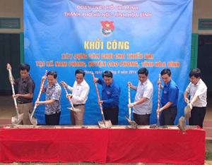 Đại diện lãnh đạo Thành đoàn Hà Nội, Tỉnh đoàn Hòa Bình và đoàn tình nguyện tham gia khởi công xây dựng sân chơi cho thiếu nhi tại xã Nam Phong (Cao Phong).
