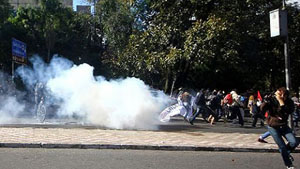 Cảnh sát bắn lựu đạn hơi cay vào đoàn người biểu tình bên ngoài SVĐ Beira-Rio, trong lúc trận đấu giữa Hà Lan và Australia đang diễn ra vào 18-6 vừa qua. (ảnh: AFP)