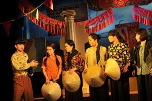 Cảnh trong vở Bệnh sĩ do các diễn viên Nhà hát Kịch Việt Nam biểu diễn.