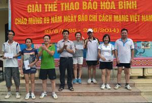 Đồng chí Đinh Văn Ổn, TUV, Tổng biên tập Báo Hòa Bình, Chủ tịch Hội nhà báo tỉnh trao giải cho các VĐV đạt thành tích cao ở nội dung đôi nam nữ cầu lông.