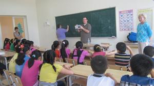 Một giờ học tiếng Anh cùng tình nguyện viên quốc tế tại Trung tâm TTN tỉnh.