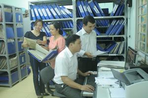 Cán bộ Phòng Người có công (Sở LĐ -TB&XH) ứng dụng CNTT vào quản lý hồ sơ. Ảnh: P.V
