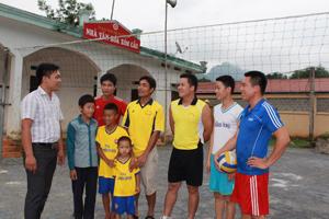 """Các thế hệ VĐV thể thao xóm Cầu, xã Bắc Sơn (Kim Bôi) luôn có nhiều đóng góp vào phong trào thể thao hưởng ứng CVĐ """"Toàn dân rèn luyện thân thể theo gương Bác Hồ vĩ đại""""."""