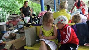 Trẻ em vùng đông-nam U-crai-na đi tị nạn.Ảnh RIA NOVOSTI