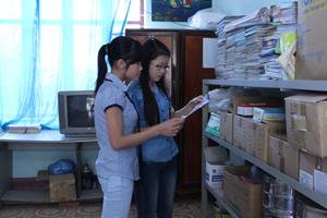 Cán bộ Trung tâm DS/KHHGĐ huyện Lạc Thủy chuẩn bị tài liệu truyền thông về CSSKSS/KHHGĐ.