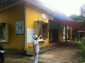Cán bộ Trạm y tế thị trấn Hàng Trạm (Yên Thủy) phải căng bạt ngoài sân làm chỗ đợi và theo dõi sau tiêm chủng.