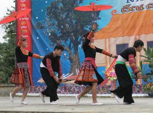 Điệu múa truyền thống của các dân tộc Mông được lưu giữ trong các lễ hội, hội thi, hội diễn nghệ thuật quần chúng.