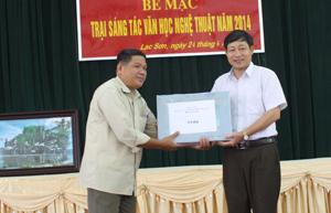 Đồng chí Bùi văn Cửu, Phó Chủ tịch TT UBND tỉnh tặng máy laptop cho tác giả Bùi Huy Vọng (Lạc Sơn).