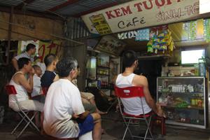 Nhiều người dân tổ 22 - phường Tân Thịnh - TP Hoà Bình chọn quán cà phê, giải khát để xem World Cup.