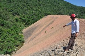 Phế thải đường 433 đổ lấp gần hết lòng suối Voi, đoạn km 7+8 tạo thành đập giả, nguy cơ lũ quét trong mùa mưa bão đối với xã Hoà Bình.