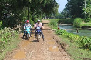Sau 9h hàng ngày nước rút đi nhưng nền đường đất đi vào 6 xóm của xã Định Cư lúc nào cũng lầy lội, trơn trượt.