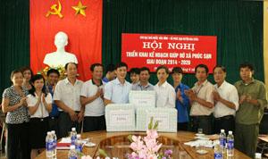 Kho bạc Nhà nước tỉnh gửi tặng nhiều vở viết cho các học sinh nghèo vượt khó tại xã Phúc Sạn (Mai Châu).
