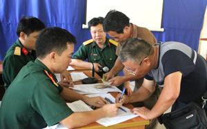Các đối tượng chính sách nhận trợ cấp tại Ban CHQS thành phố Hòa Bình.