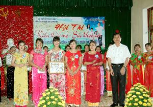 Lãnh đạo huyện Kỳ Sơn trao giải nhất cho đội thị trấn Kỳ Sơn. Ảnh: Hồng Duyên.