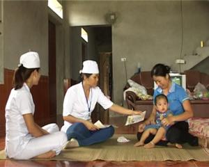 Cán bộ y tế xã Phú Lai (Yên Thủy) phát tờ rơi tuyên truyền về phòng – chống dịch bệnh tới hộ dân trong xã.