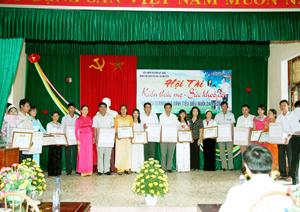 Lãnh đạo UBND huyện Kỳ Sơn trao giấy khen và phần thưởng cho 11 gia đình tiêu biểu nuôi dạy con tốt giai đoạn 2012 - 2014. Ảnh: P.V