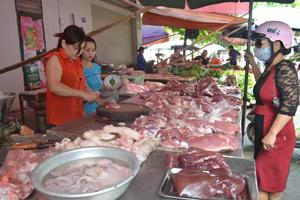 Người tiêu dùng chỉ nên mua thịt lợn đã được cơ quan thú y kiểm dịch và đóng dấu trên thân thịt. Ảnh chụp tại chợ Phương Lâm (cũ), TPHB.