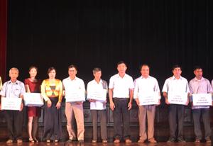Lãnh đạo Sở VH, TT&DL trao quà cho các hộ gia đình tiểu biểu xuất sắc.