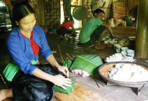Sau mỗi vụ thu hoạch lúa, người Mường xã Chí Đạo (Lạc Sơn) duy trì phong tục gói bánh chưng trong dịp lễ mừng cơm mới. Ảnh: HH
