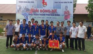 Đội bóng đá thiếu niên phường Phương Lâm đoạt cúp vô địch tại giải.